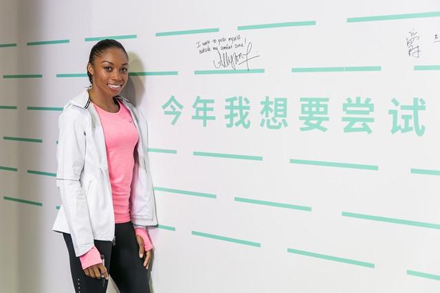 运动员埃里森菲利克斯在签名墙上写下自己2015年的运动目标