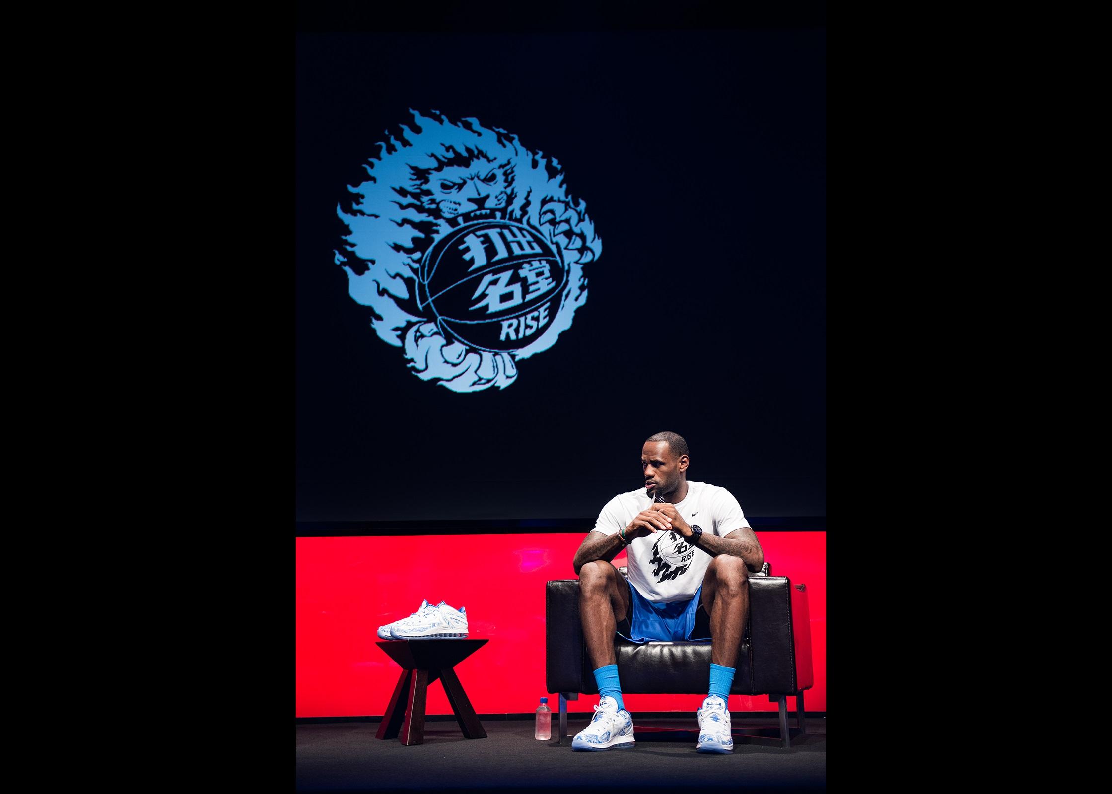 耐克篮球运动员勒布朗·詹姆斯助力篮球少年